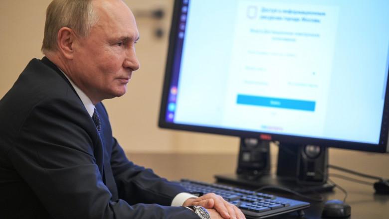 Vladimir Putin în fața unui ecran de calculator