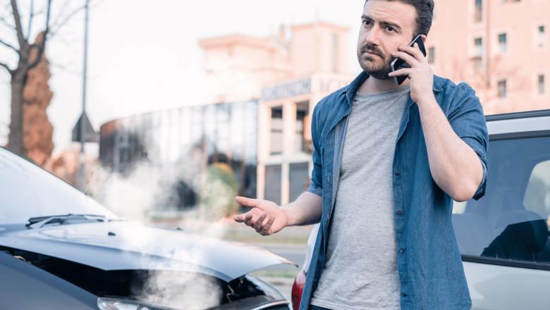 sofer care vorbeste la telefon dupa ce a avut un accident cu masina