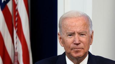 Joe Biden la un forum virtual, cu steagul american în spate