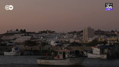 mic vas de pescuit ce navigheaza langa coasta seara