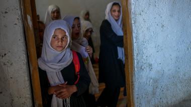 Mai multe fete din Afganistan la școală segregată de gen din Kabul.