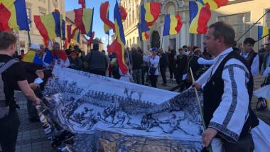 Protest în Sibiu, la statuia lui Brukenthal