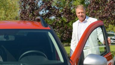 Klaus Iohannis a testat noul model Dacia Duster. Foto: presidency.ro