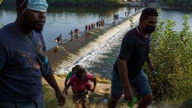 Mii de migranţi au sosit la Del Rio, în Texas, după ce au traversat fluviul Rio Grande.