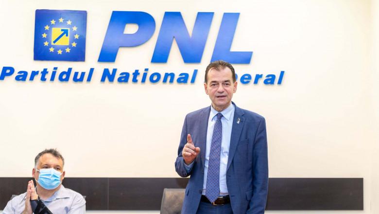 Ludovic Orban gesticuleaza la o conferinta politica