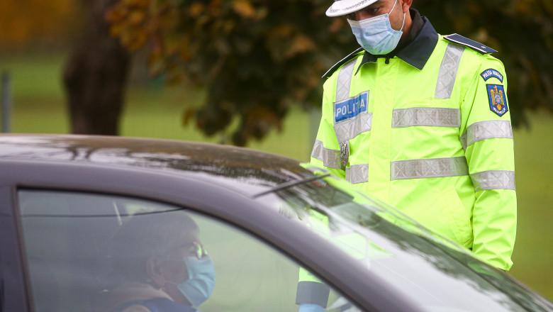 politist care verifica o masina