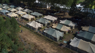 tabara de corturi pentru imigrantii ilegali vazuta de sus