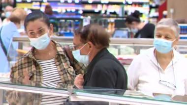 Oameni în supermarket.