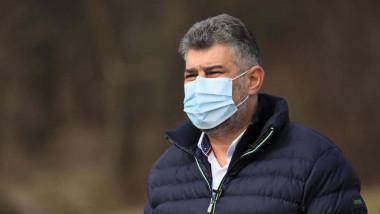 Marcel Ciolacu cu geaca si masca pe gigura