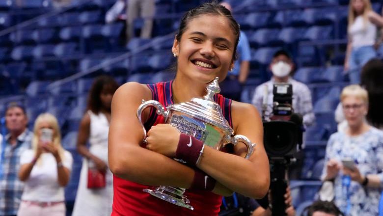 emma raducanu strange in brate cu ochii inchisi trofeul de la US Open