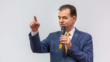 Ludovic Orban gesticuleaza la microfon