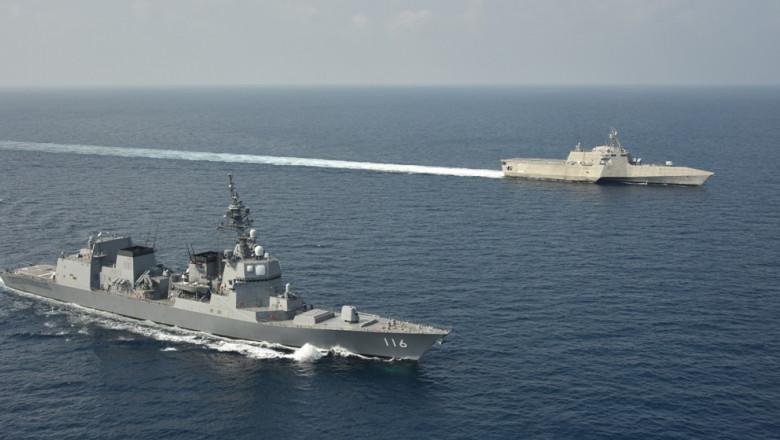 doua nave japoneze aparținând Forței Maritime de Apărare.