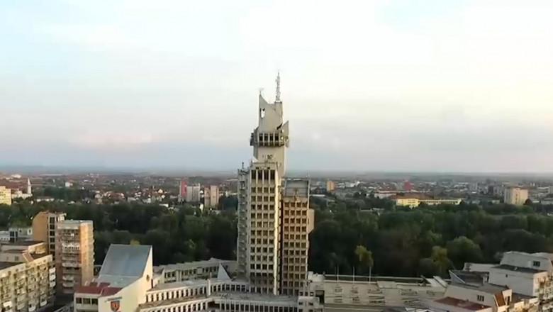 """Orașul care se află la aceeași distanță de București ca de Viena. Aici a fost construit primul """"zgârie-nori"""" în perioada Ceaușescu"""