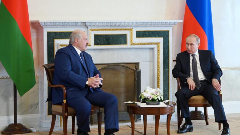 Aleksandr Lukașenko și Valdimir Putin stau de vorbă.