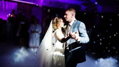 mirele si mireasa danseaza la nunta party