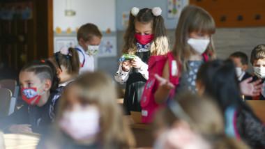elevi in clasa cu masca
