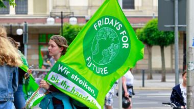 Un membru al grupului de mediu Friday For Future, participând la un protest climatic împotriva exploatării resurselor naturale în orașul german Görlitz.