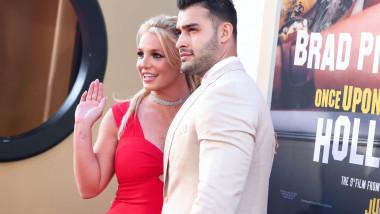 Cântăreaţa Britney Spears şi-a anunţat duminică logodna cu iubitul ei, Sam Asghari