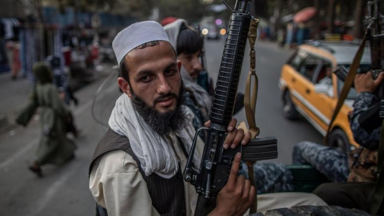 taliban cu arma în mână