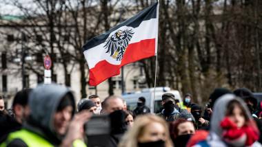grup de protestatari cu un steag al imperiului german