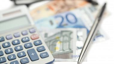 imagine cu caracter ilustrativ, bani calculator și un pix