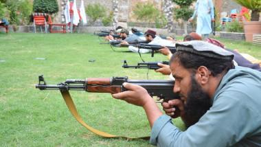 Talibani se antrenează cu puști Kalașnikov la Jalalabad