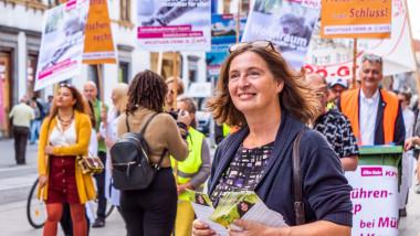 Candidata Partidului Comunist Austriac, Elke Kahr, participând la un miting electoral pe străzile din Graz.