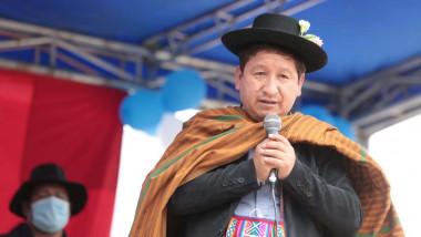 Guido Bellido, premierul peruan, in port national, cu palarie si poncho