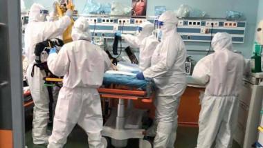 medici in combinezon la UPU spitalul pantelimon, cu un pacient covid in stare grava