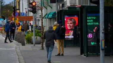 Imagine sugestivă din 25 septembrie 2021 cu afișe electorale dintr-o stație de autobuz din capitala Islandei, Reykjavik.