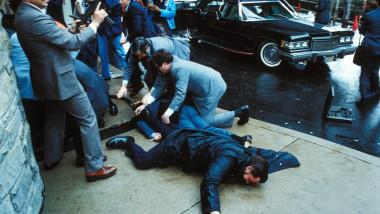 Polițiști îl pun la pământ pe John Hinckley după ce acesta l-a împușcat pe Ronald Reagan