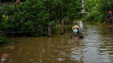 Om merge prin apă în inundații în Thailanda
