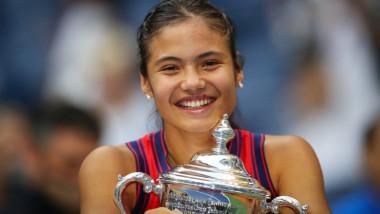 Emma Răducanu se pozează cu trofeul de la US Open.