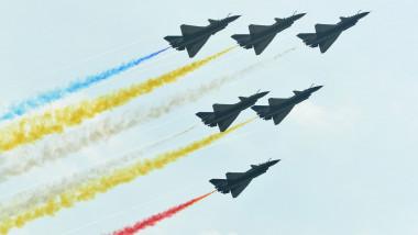 Avioane militare chineze zboară la un show aviatic.