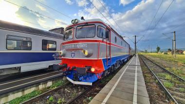 Un tren CFR oprește în stație.
