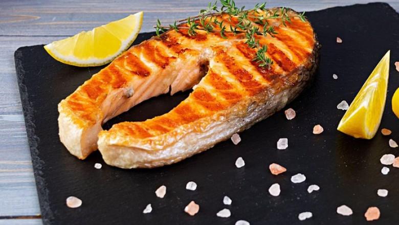 Pește prăjit pe farfurie.