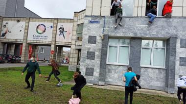 Studenții au sărit pe geam pentru a scăpa de atacator.