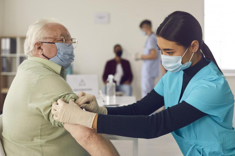 batran vaccinat de o asistenta