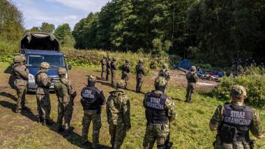 Soldații polonezi stau la granița cu Belarus pentru a-i ține pe loc pe refugiați.