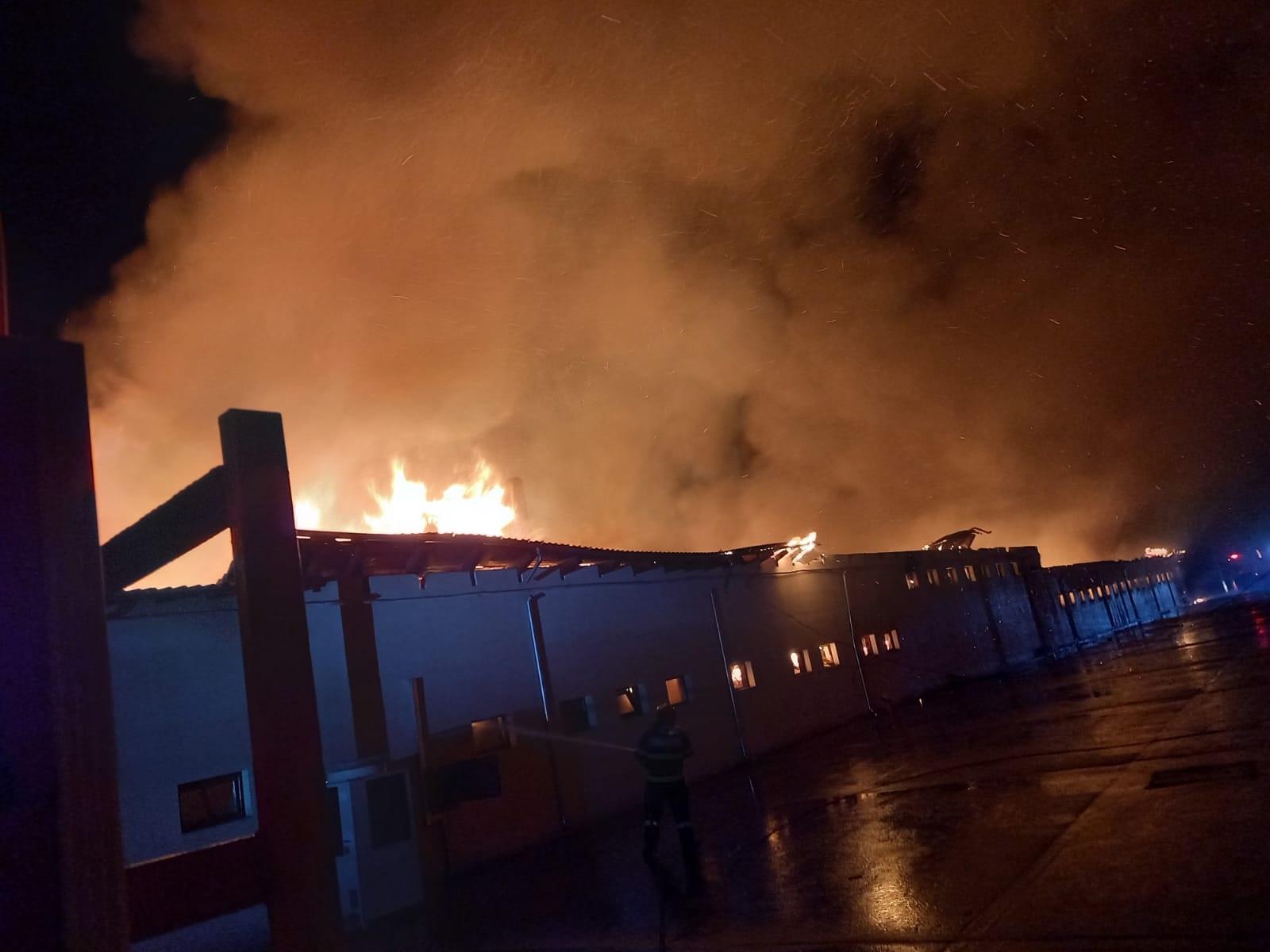 VIDEO. Incendiu puternic la o fabrică de pâine din județul Constanța. Flăcările se întind pe o suprafață de 1.400 de metri pătrați