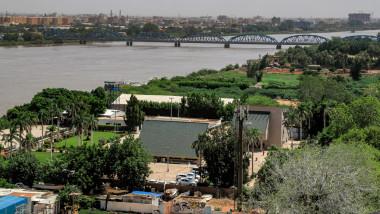 imagine de sus a orașului Khartoum cu un pod pe fundal