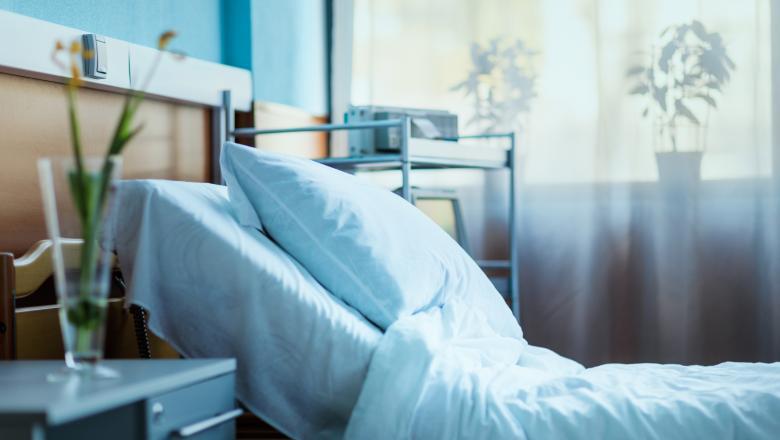 pat de spital gol cu perna albasta