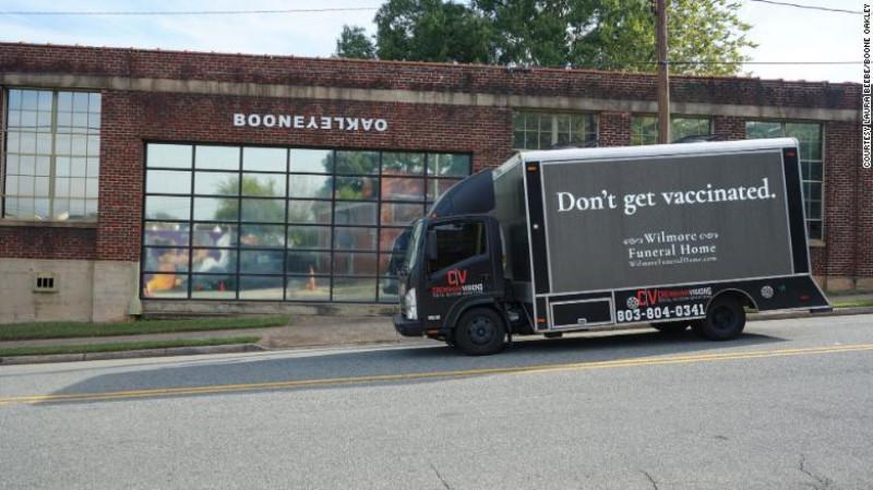 """Mașină funerară cu sloganul """"Nu vă vaccinați"""" FOTO: BooneOakley"""