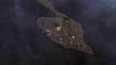 """O casă din zona El Paraiso a insulei la Palma a scăpat ca prin minune neatinsă, în mijlocul râurilor de lavă provocate de erupția vulcanului """"Cumbre Vieja""""."""