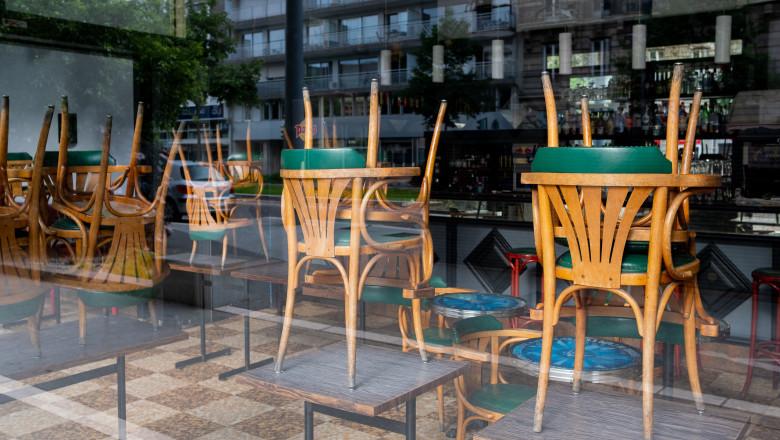 scaune ridicate in interiorul unui restaurant