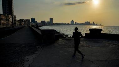un om aleargă pe celebrul bulevard Malecon