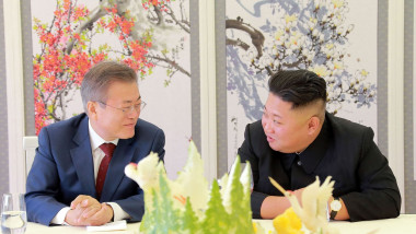 Președintele sud-coreean și dictatorul nord-coreean se uita unul la celalalt