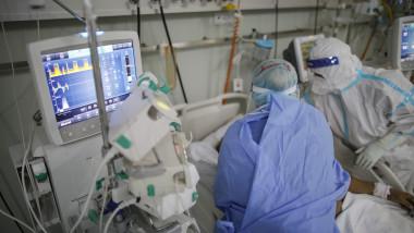 medici in sectie de terapie intensiva covid