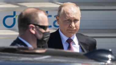 Vladimir Putin coboară din Mașină