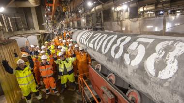 Muncitorii contractați de Gazprom se bucură după finalizarea procesului de sudare a ultimei conducte de pe a doua linie a gazoductului Nord Stream 2
